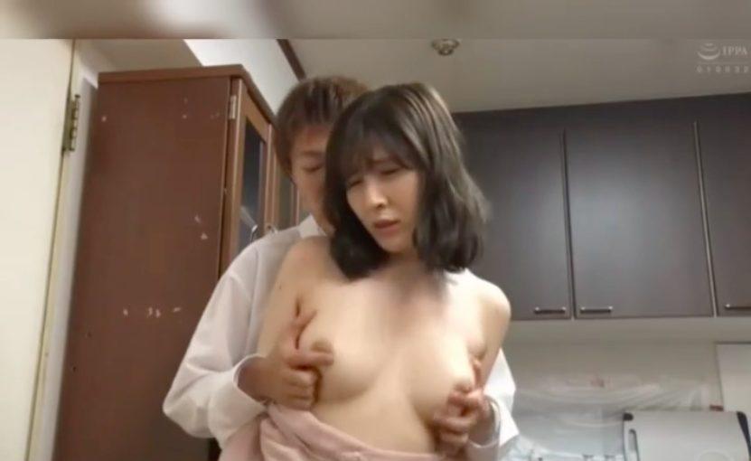 【エロ動画】ノーブラ巨乳奥様を乳首イキさせて...旦那の横で声を押し殺してハメハメ