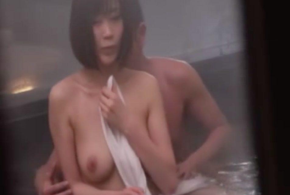 【エロ動画】「奥まで入って気持ちいい〜っ」温泉で黒髪の巨乳女子とハメまくり