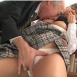 【痴漢エロ動画】お○んこがモゾモゾしてる巨乳女子高生におやじが近づいて、乳首吸いまくる