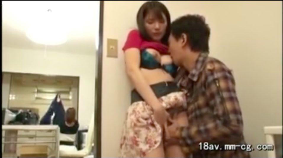 【エロ動画】友達の旦那と見つからないようにS○X。乳首をつねられて思わず声がでちゃう