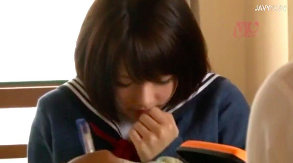 【エロ動画】こたつの中で、足でクリを攻撃。ビクンビクンいっちゃう女子高生